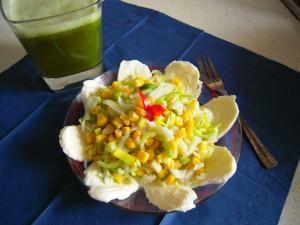 Sałatka z porów, jabłka, kukurydzy i mozzarelli